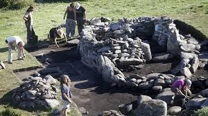 Que fai unha ara nunha cabana ocupada desde a Idade do Bronce ata a Idade Media?